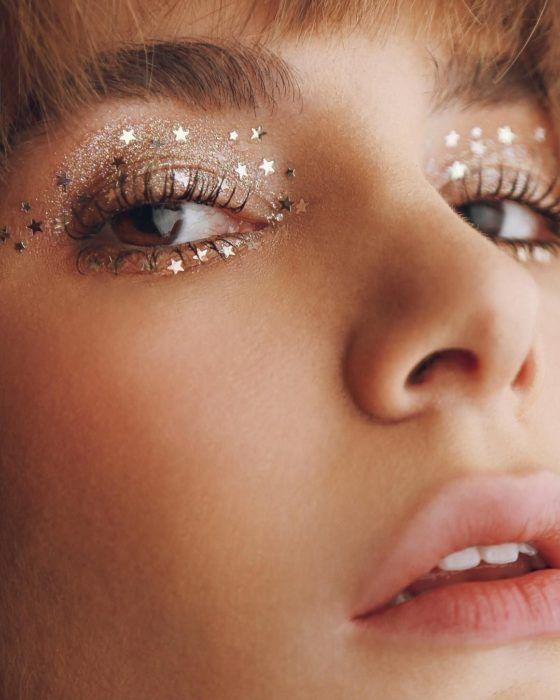 Tendencias de maquillaje 2021: sombras con brillos y glitter