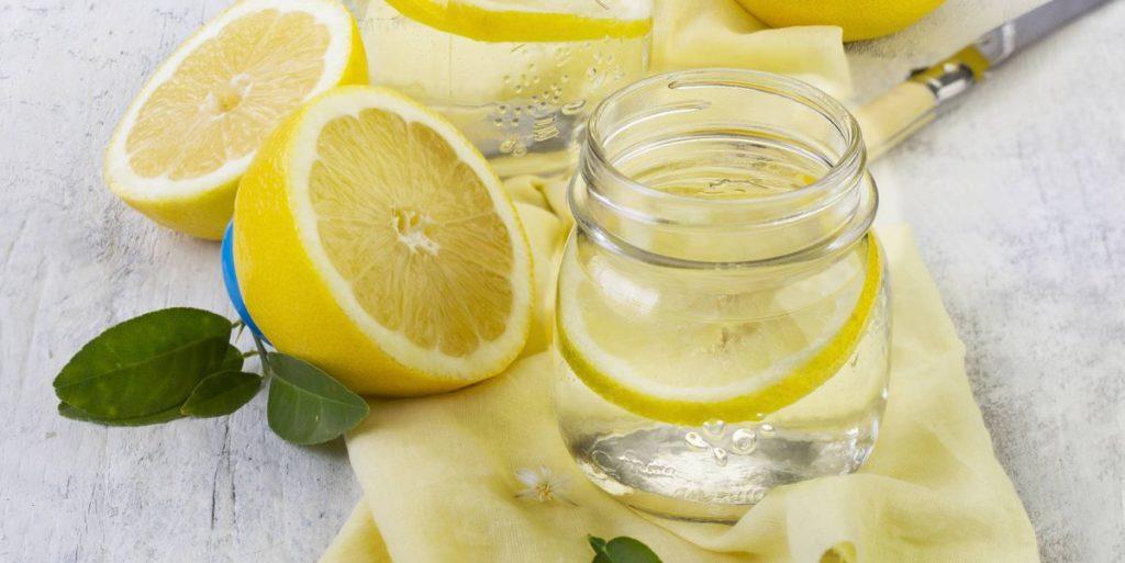 Beneficios de beber agua de limón en las mañanas